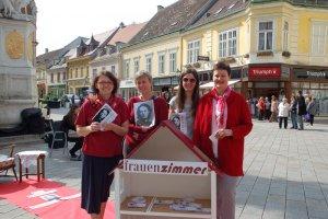 Die frauenzimmer am Badener Hauptplatz anlässlich des 175. Geburtstags von Marianne Hainisch
